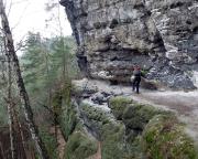 Unterwegs in den Honigsteinen  Starke Nerven und Trittsicherheit sind gefragt, hier auf einem abdrängenden schmalen Felsband.