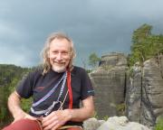 Spinne auf dem Gipfel des Weißen Turms im Großen Zschand - im Hintergrund deutlich zu erkennen das nahende Gewitter