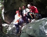 Unser Team am Fuße der Sommerwand im harten Licht der knalligen Sonne, im Halbschatten der Buchen. Foto: Volkers Handy allein ;)