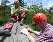 Auf dem Gipfel der Auguste.  Stolz trägt Peter sich in das Gipfelbuch ein.
