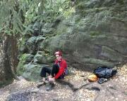 Endlich mal wieder Kletterkleidung anlegen.  Am Fuße des Mandarin im Bielatal - hinter Thomas, die glatte Wand, die Variante zum AW