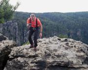 Auf dem Gipfel des Honigsteins - einsammeln des Gipfelbuches.