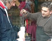 Das Mühlenbier wird mit einem glühenden Eisen durch den Schmied aufgeschäumt ...