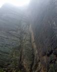 Der Abratzkykamin am 14..12.2014 - nass und die Mauerkante ist wegen Nebel nicht zu sehen.