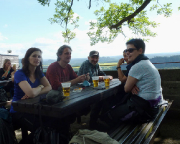 Mit Freunden vom Klettersportverein Quackensturm e.V. auf der Terrasse der Bastei beim genüsslichen Nachmittagsbier.