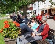 Herrlicher Tagesbeginn bei Bier und Kaffee am Elbufer in Rathen