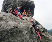 Na da helfen wir doch gern - die 5er-Seilschaft, die vor uns geklettert ist, bittet um ein Gipfelfoto