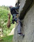Wiese kann es nicht lassen und macht einige Boulderversuche an den Einstiegen der künstlichen Kletterrouten.