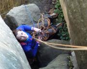Wiese und ich sitzen schon unter dem Mauerbogen, Almuth 15 m unter uns auf dem Blockdes breiten Kamins. Sie macht das hervorragend!