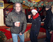 Auch Fechi, der Erwischte, kann lachen. kein Wunder, der Weihnachtsmarkt auf der Festung ist großartig, die schöngeistigen Getränke schmecken.