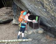 Jugend forscht - Almuth kommt an der Bergungsbox nicht vorbei. Ist ja auch richtig, schließlich muss man wisssen, was da so drin ist ;)