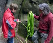 Dann lernt Katrin noch den Umgang mit dem Seil, jedenfalls, was das Klettern betrifft :-D