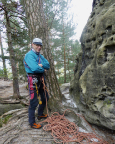 Vor der nächsten Tour - Volker wartet den Graupelschauer ab, am Felsfuß ist es schon weiß ;)