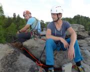 Nein, wir haben uns nicht gestritten ;-) - im Hintergrund der Aussichtsturm Pfaffenstein