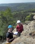 Almuth und Katrin in sehr luftiger Höhe am Abseilstand der Schildkröte