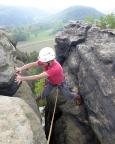 Katrin im Ausstiegskamin einiger der Wege zum Gipfel des Toten Zwerges