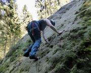 Entschlossen wagt Almuth den Vorstieg in der Tour Wand, eine Reibung im III. Grad  ...