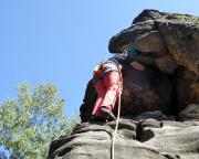 Almuth legt eine Sicherung an der Schlüsselstele des Alten Weges am Wiesenkopf
