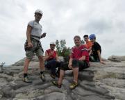 Zum Wohl auf den Gipfelerfolg, fünf Mitglieder unseres Teams ...