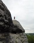 Während Steffen die übrige Seilschaft in die Scharte sichert, hat Almuth den Gipfel erreicht