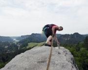 Almuth holt das Gipfelbuch der Gamrigscheibe vor gigantischer Kulisse