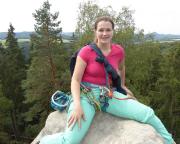 Almuth stolz auf dem sehr schmalen Bierdeckel – sie hat den Weg perfekt gemeistert