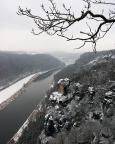 Ein weiterer Blick von der Basteiaussicht - in das Elbtal richtung Stadt Wehlen mit dem Felsabbruch am Wartturm