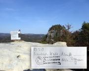 Gipfelbuchkassette des Rabentürmchens, im Hintergrund der Kleine Lorenzstein
