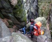 Die letzten Schritte des Tages: Abstieg vom Pfaffenstein durch das Nadelöhr