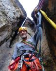 Abwärts über die 80-m-Abseilpiste, Fechi am zweiten Abseilstand
