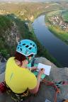 Gipfelbucheintrag in luftiger Höhe über der Elbe in Rathen