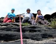 Blick zurück aus der Abseile auf drei glückliche Gipfelbezwinger