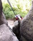 Unbedingt beachten: das Seil muss vom zweiten Abseilstand links an diesem Pfeiler vorbeigeworfen werden, rechts verklemmt es sich beim Abziehen !!!!!