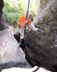 Hier seilt Kathrin mit gigantischem Tiefblick schon vom nächsten Abseilstandplatz in einem Kamin ab.