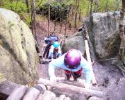 Nach Anlegen von Gurt und Klettersteigset geht es über Holzleitern zum eigentlichen Einstieg