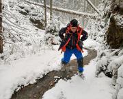 Bald wird dieser Weg ein schmaler Pfad und erreicht den Kleinen Wolfsbach