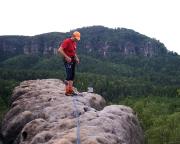 Volker auf dem Gipfel, im Hintergrund der Kleine Wuinterberg, von dort ist das Foto ganz links entstanden