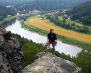 Fechi erreicht den Gipfel der Wetterwarte, die einen berauschenden Tiefblick gewährt