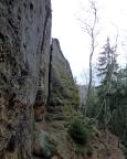 So niedlich der Blick von oben scheint, von unten ist die Wartburg ein gewaltiger Felsen, hier der untere teil des Alten Weges