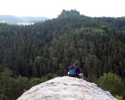 Fechi auf dem Gipfel der Felswand im Rathener Gebiet mit Blick zum Gamrig