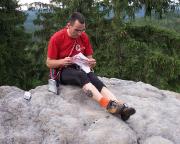 So sieht es aus, wenn man auf einem Brötchen sitzt - Volker beim vorletzten Gipfelbucheintrag des Tages