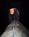 In Reibungskletterei geht es auf den schmalen Gipfelgrat der Bärensteinschwibe im Gebiet der Steine