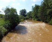 Folgen des Braunkohlenbergbaus, die durch Eisenoxid verfärbte Spree bei Spremberg