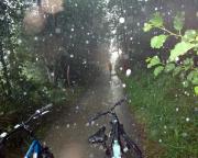 Zwischen Burg und Leipe erwischte uns mitten im Spreewald ein Regenschauer