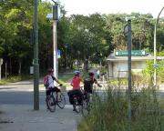 Es geht überraschend grün durch Berlin, aber Ampeln bremsen uns immer wieder