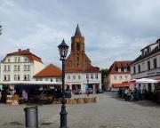 Der Spreeradweg führt direkt durch und über den Marktplatz Beeskow