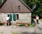 Bei der Wanderung durch die Mühlsteinbrüche von Jonsdorf kommt man neben zahlreichen anderen tollen Höhepunkten auch an der alten Schmiede vorbei