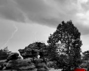 Almuth gelingt schließlich der Schnappschuss, ein Blitz über dem Felsentor