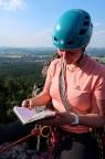 Bemerkenswert sind das alte kaum gefüllte Gipfelbuch und der Tiefblick