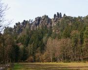 Blick auf die Nonnenfelsen und die Felsgruppe, über die der Klettersteig führt